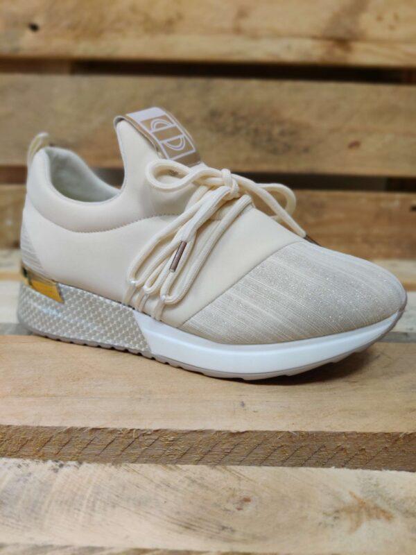 Råhvide sneakers med bindedetaljle og metallicguld hæl